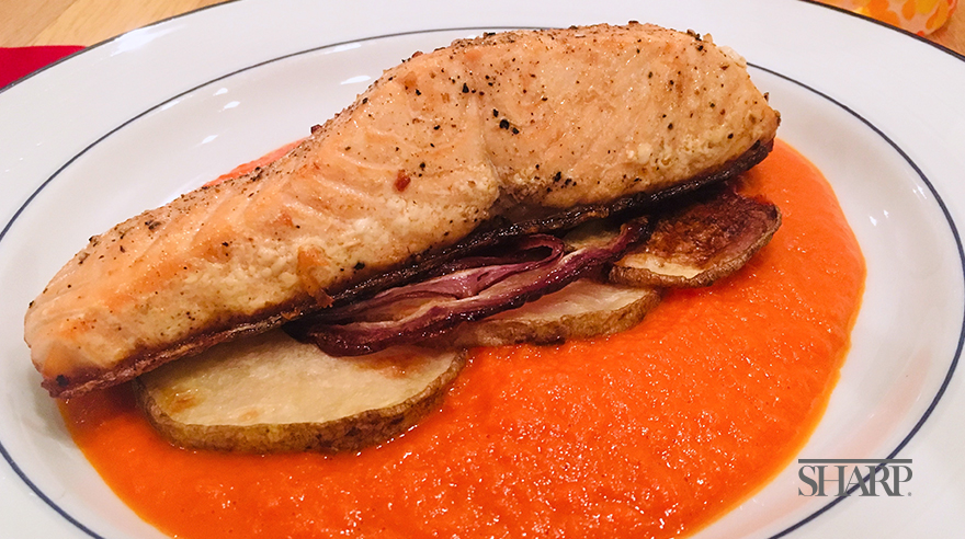 Roasted salmon with red pepper coulis (recipe)